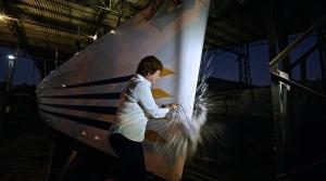 Heloísa Schurmann quebra garrafa de champanhe no batismo oficial do veleiro Kat