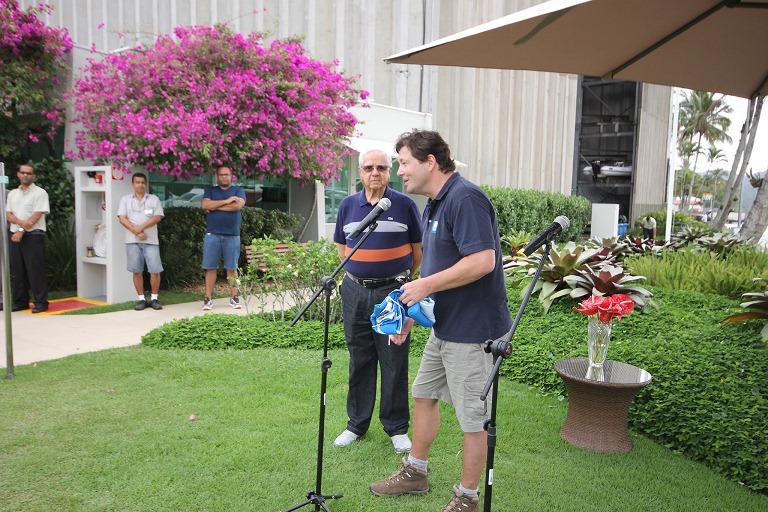 O presidente do operador do Programa Bandeira Azul, Instituro Ambiental em Rede (IAR), Ricardo Cerruti, entrega a bandeira da temporada 2014/2015 ao sócio administrativo da Marinas Nacionais, Juan Alfredo Rodriguez
